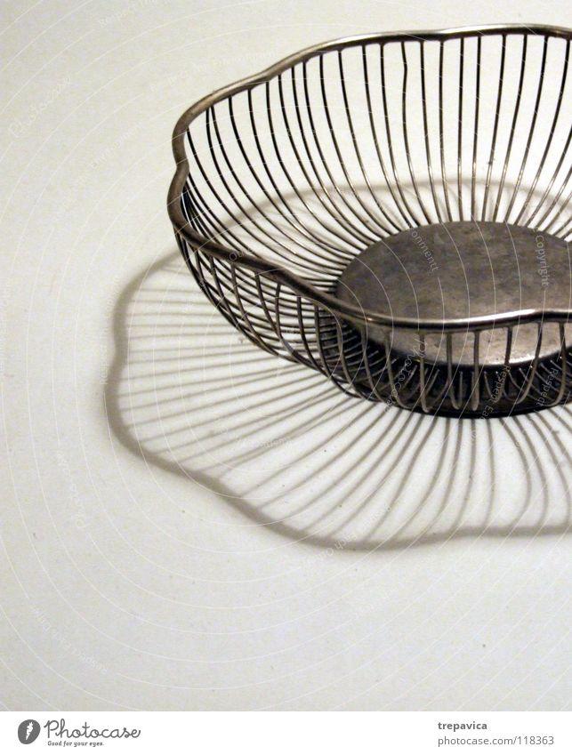 grau weiß leer Blume Küche edel dünn rostfrei Tisch ruhig steril kalt Sauberkeit Dekoration & Verzierung Schatten Kontrast wire Metall empty obstteller