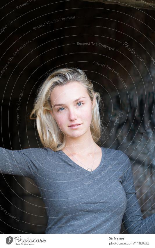 381 Lifestyle schön feminin Junge Frau Jugendliche Mensch 18-30 Jahre Erwachsene Sonnenlicht Schönes Wetter Mauer Wand blond langhaarig beobachten Blick