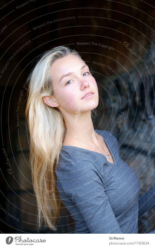 379 Mensch Jugendliche schön Junge Frau 18-30 Jahre Erwachsene Wand natürlich feminin Mauer Lifestyle authentisch blond ästhetisch einfach Schönes Wetter