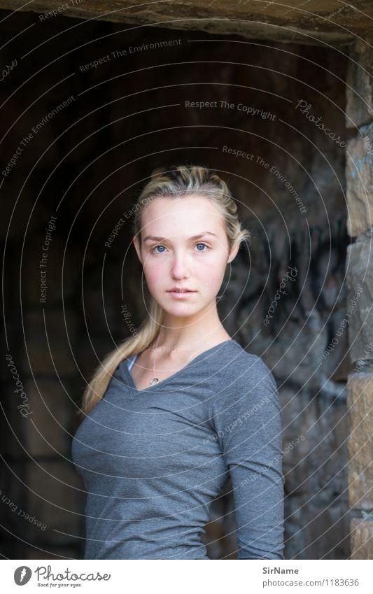 386 Lifestyle schön Gesicht Fitness feminin Junge Frau Jugendliche 1 Mensch 13-18 Jahre Kind Jugendkultur Ruine Bauwerk Mauer Wand blond langhaarig Blick