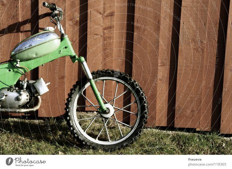 giving gas Motorrad Holz Wand grün Gras Wiese Kleinmotorrad Rad Gabel Spielen Motorsport Tank Holzbrett Speichen federgabel Fahrradlenker Schatten