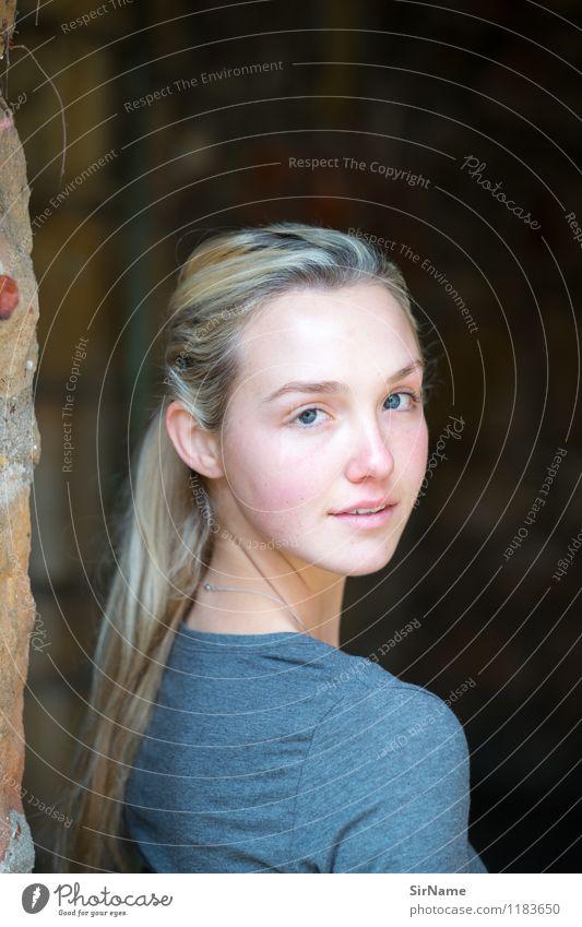 374 Lifestyle schön Gesicht Wohlgefühl Junge Frau Jugendliche 1 Mensch 18-30 Jahre Erwachsene Sonnenlicht Schönes Wetter Mauer Wand blond langhaarig Stein