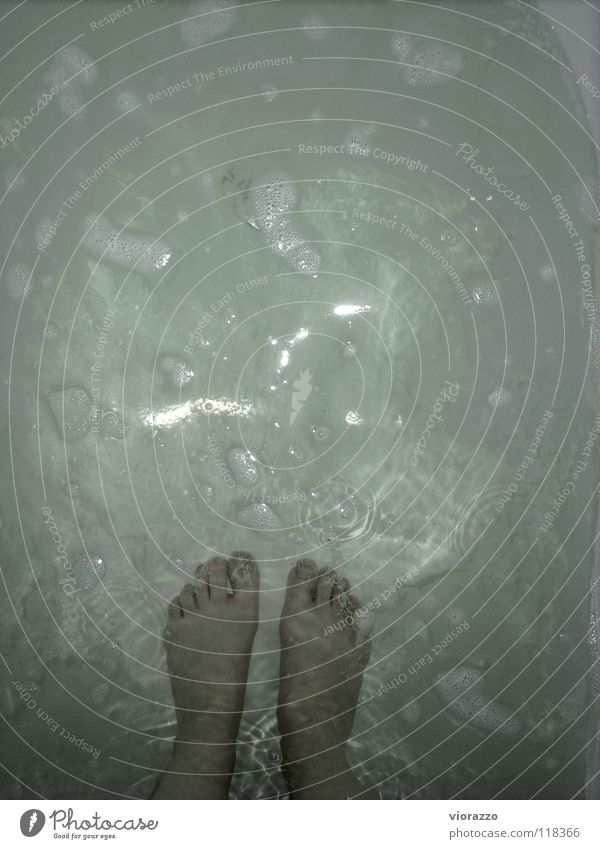 wasserschloss. Wasser weiß grün Wärme Fuß Badewanne Physik Konzentration blasen Schaum Abfluss Badewasser Wasserschloss