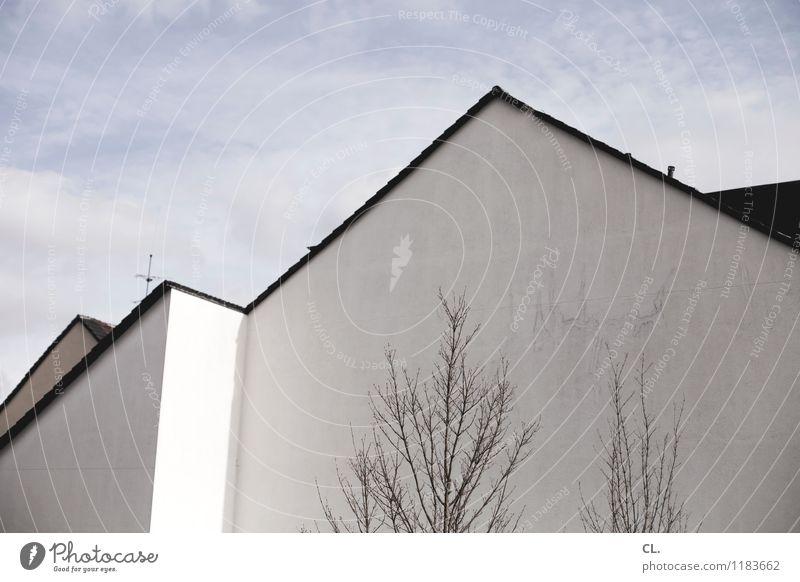 haus Himmel Wolken Schönes Wetter Baum Haus Gebäude Architektur Mauer Wand blau grau weiß Häusliches Leben Farbfoto Außenaufnahme Menschenleer Tag