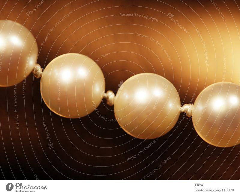 Perlenkette Reichtum schön Accessoire Schmuck glänzend authentisch braun gold weiß Kostbarkeit teuer fein dezent verschönern Perlmutt edel Nahaufnahme