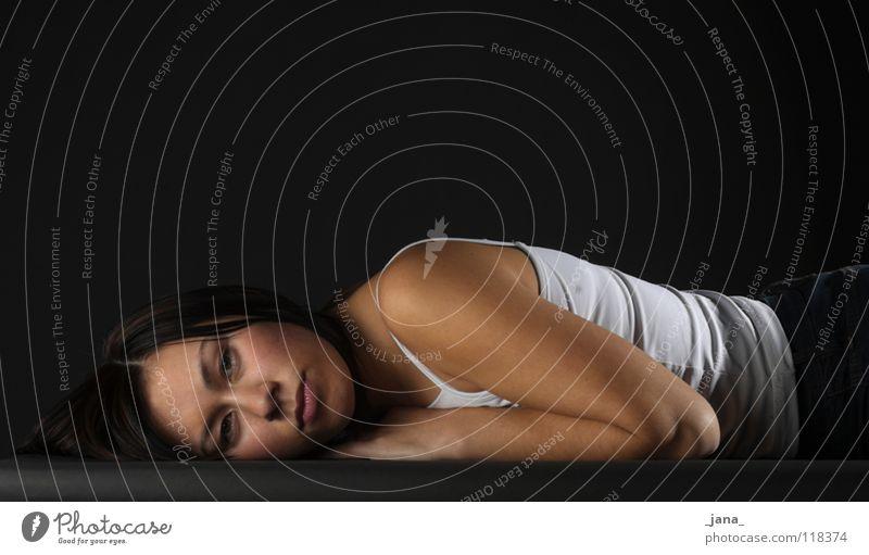 Nora Frau feminin liegen Seite frontal Asiate Vor dunklem Hintergrund