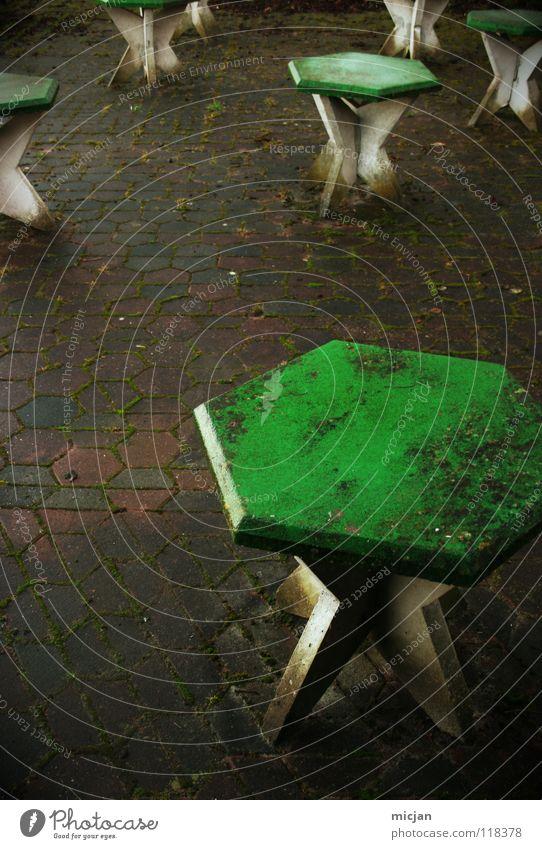 Tisch 13 bitte saubermachen! Tisch 1 - 12 aber auch! weiß grün Winter kalt Ernährung dunkel Stein Stimmung dreckig Tisch leer Bodenbelag Vergänglichkeit Reinigen Sauberkeit Gastronomie