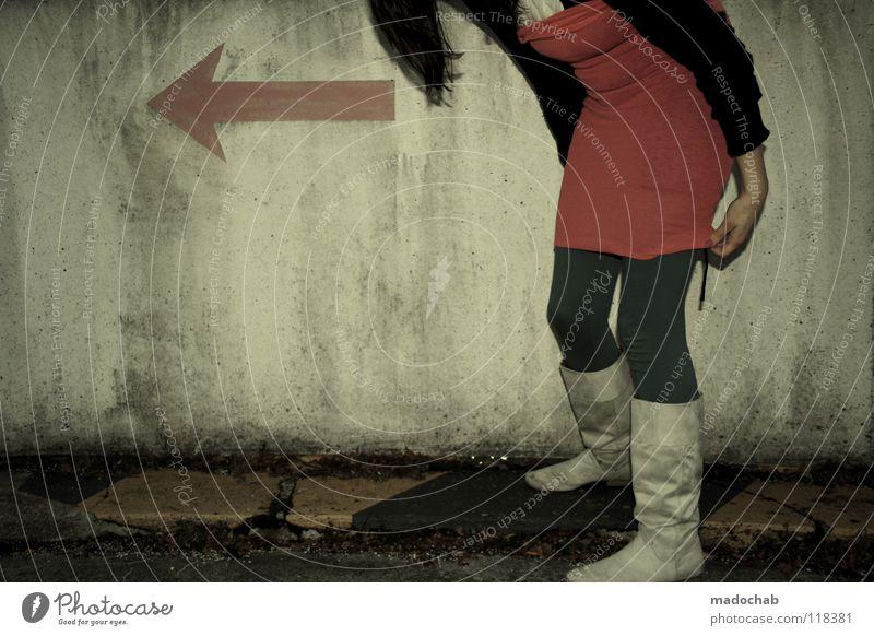 STANDBY MAGENTA Mensch Frau kalt Wand Bewegung grau Mauer Beine Mode Fuß gehen Schuhe rosa laufen Schilder & Markierungen Erfolg
