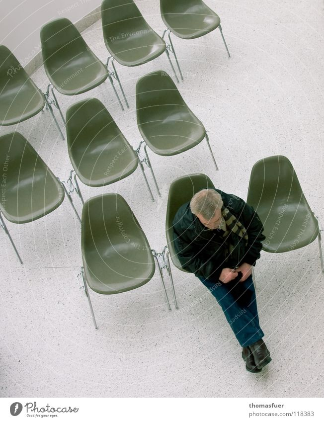 Probesitzen Mann Einsamkeit warten Kommunizieren Stuhl Fernsehen Bildung Statue Veranstaltung Publikum Langeweile Rede Interesse ungestört interessant Warteraum