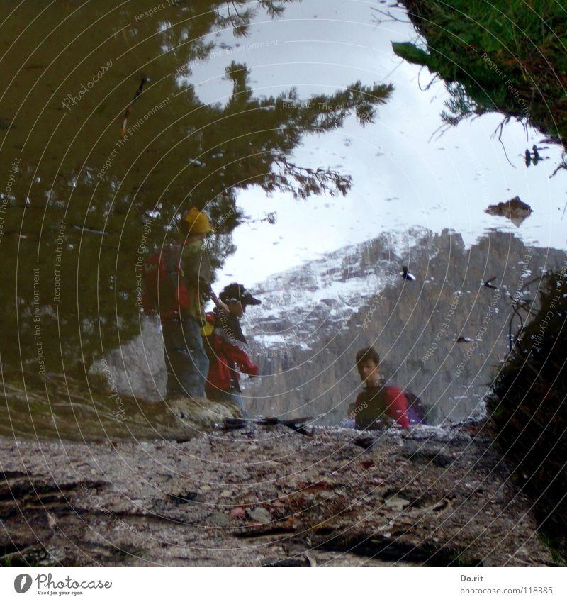 in die Pfütze gefallen Mensch Kind Wasser Himmel Wolken dunkel Schnee Gras Berge u. Gebirge grau Felsen Italien Spiegel Gipfel Tunnel Schifffahrt