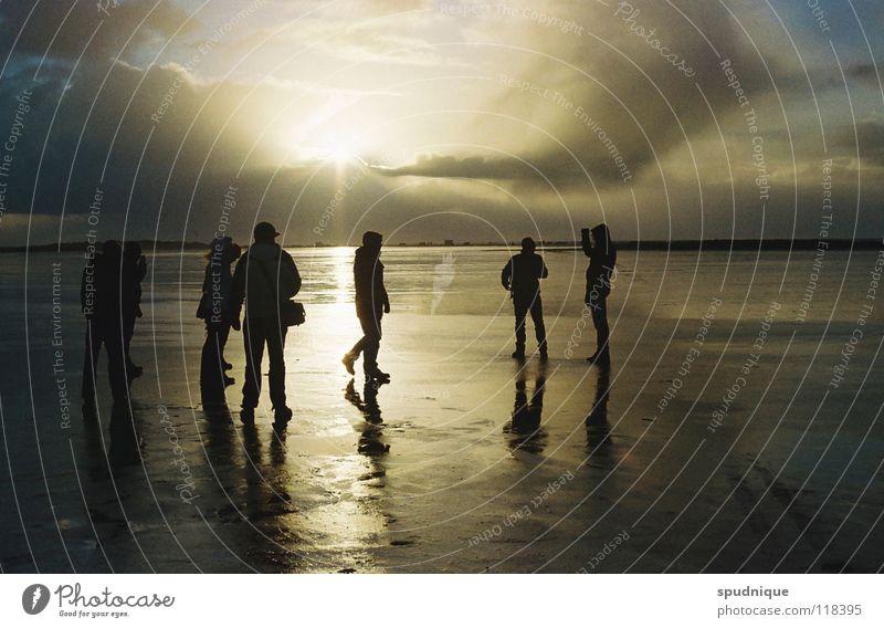 einfach da sein. Reflexion & Spiegelung Oberfläche Sonnenstrahlen Gegenlicht Sonnenuntergang Strukturen & Formen Meer Strand Küste Menschengruppe Schatten