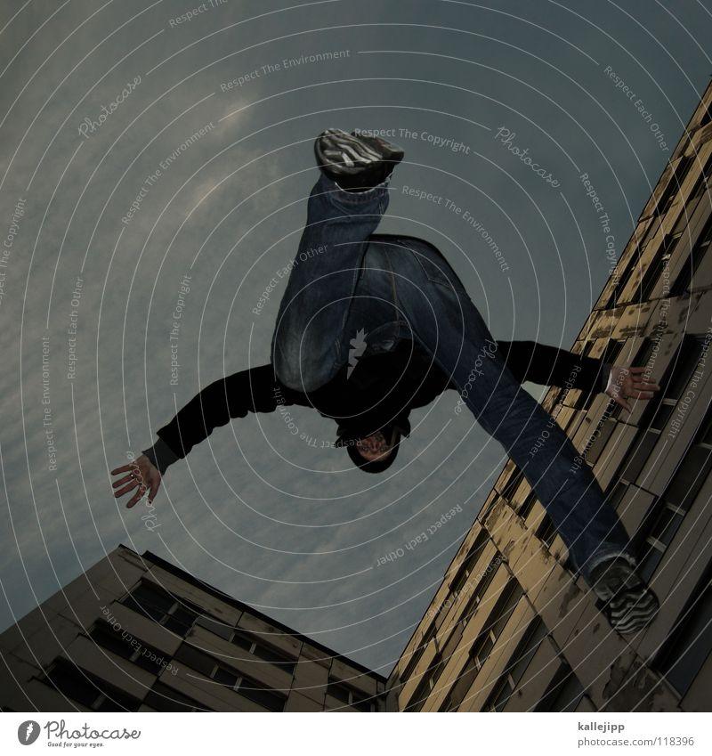 plattensprung Mensch Himmel Mann Hand Stadt Haus Berge u. Gebirge Gefühle Architektur springen See Luft Lampe Fassade Freizeit & Hobby fliegen