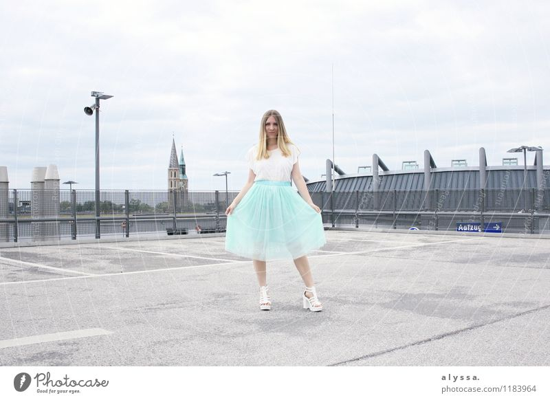 Feels like Carrie. Mensch feminin Junge Frau Jugendliche Erwachsene Körper 1 18-30 Jahre Mode Bekleidung T-Shirt Rock Haare & Frisuren blond Beton Farbfoto
