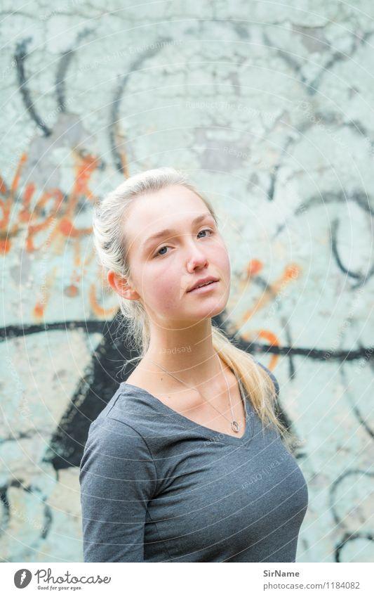 382 Lifestyle schön feminin Junge Frau Jugendliche 1 Mensch 18-30 Jahre Erwachsene Jugendkultur Subkultur Graffiti Mauer Wand Fassade Hemd blond langhaarig