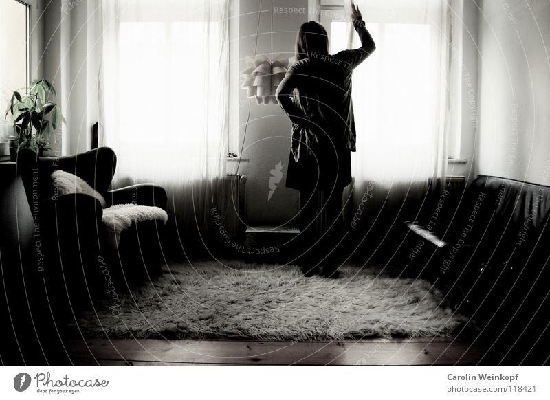 Gefühlsleere V Frau Pflanze Einsamkeit Lampe Leben Wand Holz Traurigkeit warten Trauer Kleid Sofa Sehnsucht Fell Falte Verzweiflung