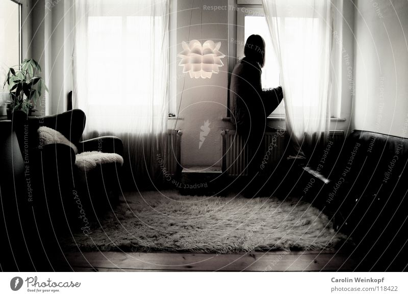 Gefühlsleere VI Frau Pflanze Einsamkeit Lampe Leben Wand Holz Traurigkeit warten Trauer Kleid Sofa Sehnsucht Fell Falte Verzweiflung