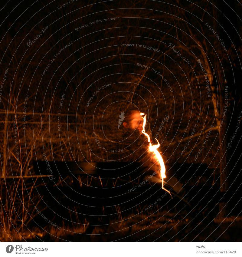 Lichterscheinung Blitze Nacht dunkel Mann Langzeitbelichtung Vergänglichkeit Brand Aussehen Abend Bank Lampe Geister u. Gespenster