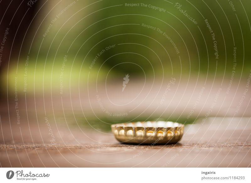 Krönchen Kronkorken Metall liegen klein rund braun gold grün Stimmung glänzend Prägung Verschlussdeckel Tischplatte Hintergrundbild Farbfoto Außenaufnahme