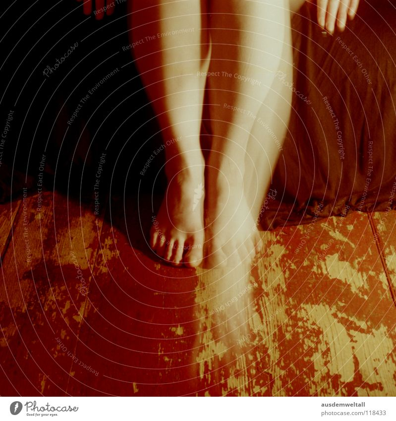 Fortschritt feminin Hand Zehen schwarz Langzeitbelichtung Gefühle analog Mensch self Beine Fuß Bodenbelag . rot Bewegung negativscan color Farbe Innenaufnahme