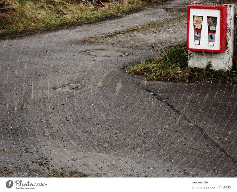 nostalgie... Automat rot grau grün Strukturen & Formen Gully Kaugummi Spielzeug Gras Vergänglichkeit obskur Verkehr Straße Ecke