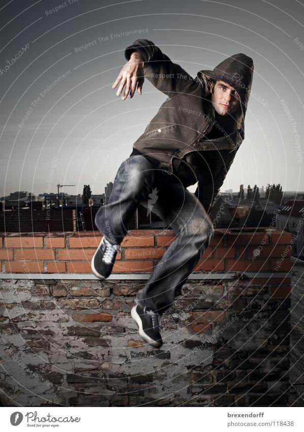 Over the Roofs! Mann Außenaufnahme Freizeit & Hobby Ganzkörperaufnahme springen Dach flüchten Flucht hüpfen gefährlich Jugendliche eine Person Jungr Mann rennen