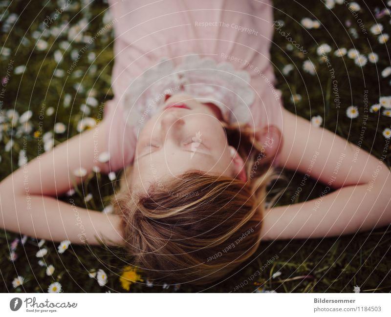 Mia & Daisies II Mensch Kind Natur grün Sommer Erholung Blume ruhig Mädchen Wiese Gras feminin Glück rosa träumen Zufriedenheit