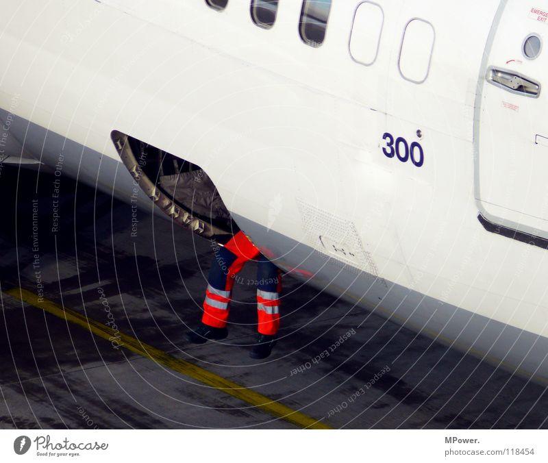 new economy class Flugzeug Flugplatz Arbeiter Pause Gepäck baumeln Luftverkehr Langeweile Flieger Passagier Mitarbeiter flughafenarbeiter leuchthose