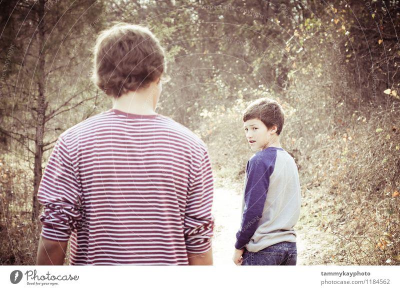 Jüngerer Bruder, der zurück auf älteren Bruder schaut Lifestyle Mensch maskulin 2 8-13 Jahre Kind Kindheit 13-18 Jahre Jugendliche Natur laufen Stimmung