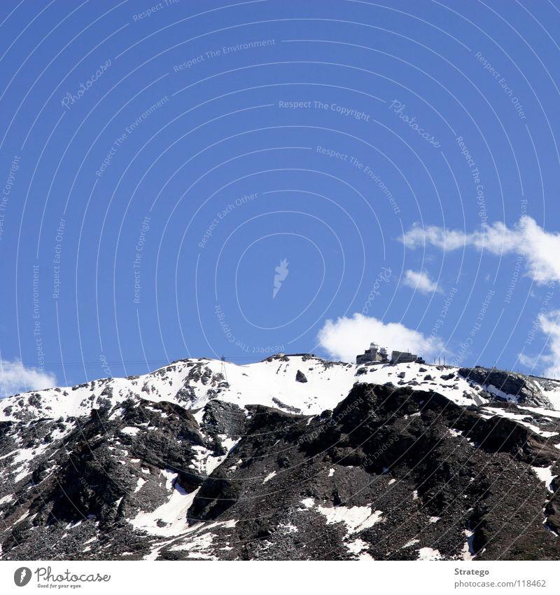 über den Bergen weiß Wolken Gornergrat Felsen steinig steil Seilbahn Zahnradbahn Endstation Bergstation Haus Gebäude Observatorium Zermatt Bergkamm Gipfel