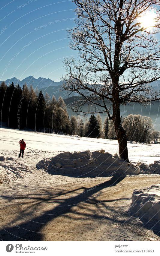 Winterspaziergang Mann Himmel Berge u. Gebirge klein Klarheit Alpen