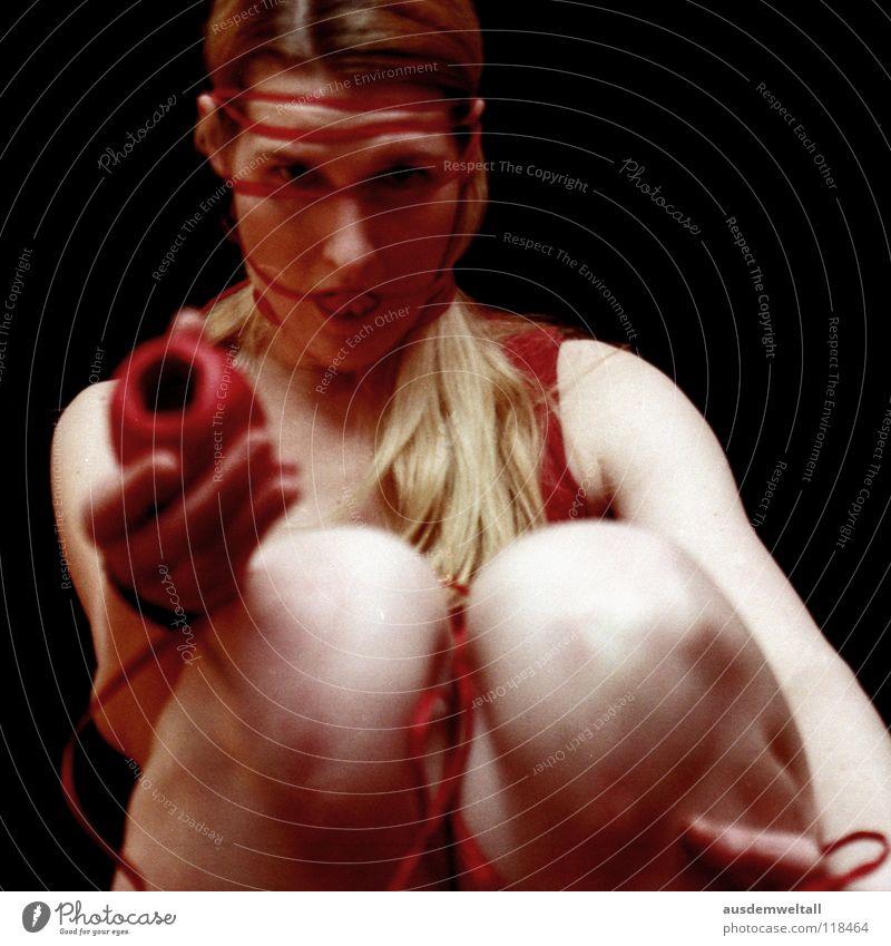 Geschenke muß man verpacken feminin Hand Zehen rot schwarz Gefühle analog Geschenkband Knie einpacken Mensch self Beine negativscan color Farbe geschnürt