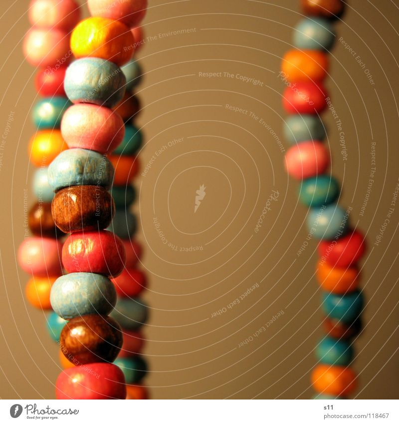 Schmuck schön Dekoration & Verzierung Holz blau braun rosa Perlenkette Holzperle Hals Halsschmuck Kette orange Verziehrung Nahaufnahme Makroaufnahme