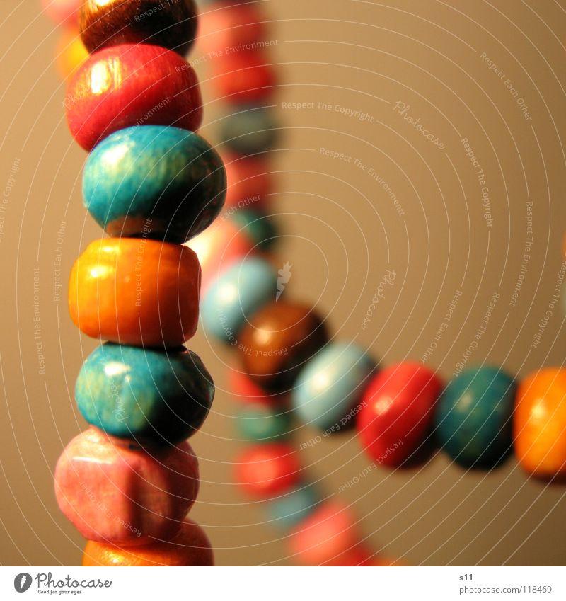 Schmuck. Reichtum schön Holz blau braun rosa Perlenkette Holzperle Hals Halsschmuck Kette orange Verziehrung Nahaufnahme Makroaufnahme
