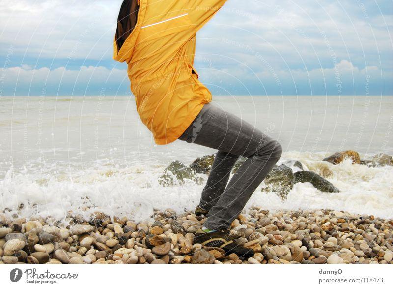 huch das ist ja nass Meer gelb Wolken Strand Jacke Hose Schuhe Wellen Freude Farbe Küste Kontrast blau Stein Wasser kapputze Jeanshose