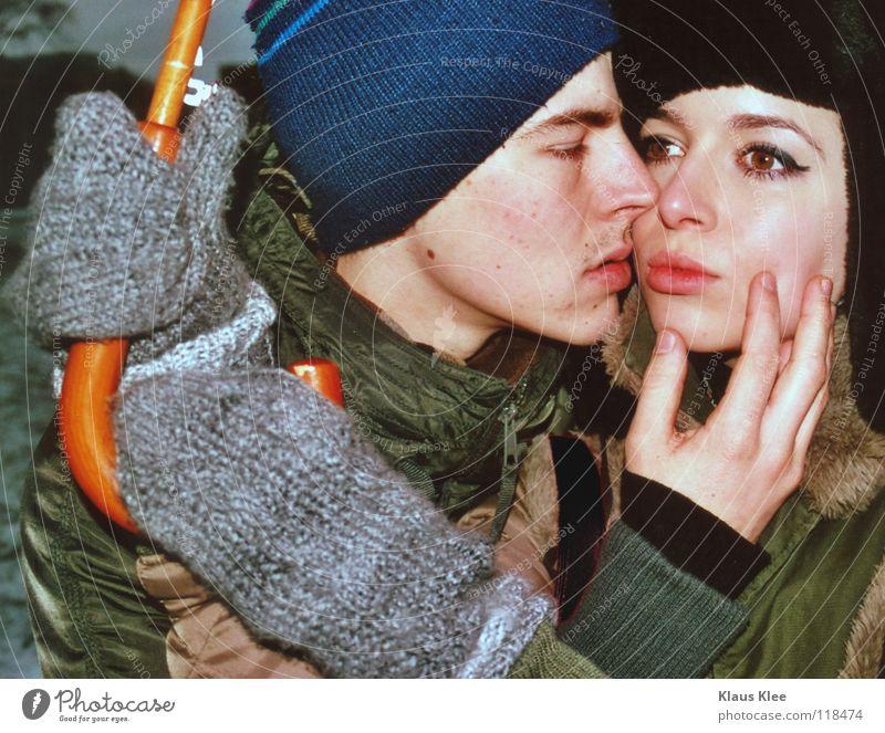 NAHDISTANZ . Winter Liebe Ferne Park Trauer Kommunizieren Küssen Regenschirm Dresden berühren Mütze Verzweiflung Hass Intimität Zärtlichkeiten