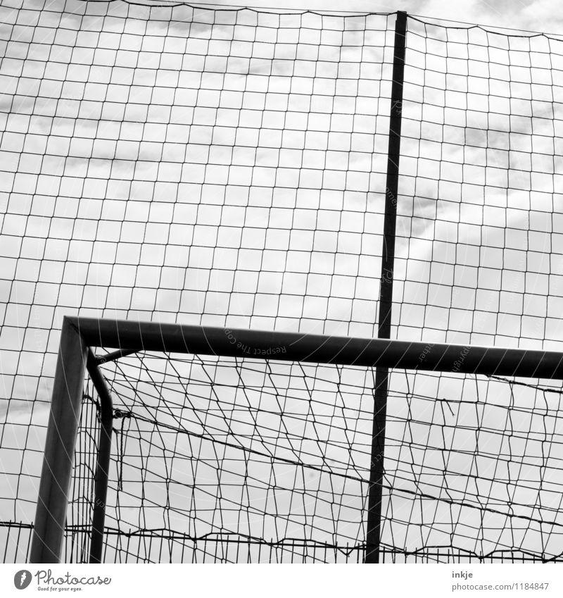 Tor! Freizeit & Hobby Sport Fußballtor Netz Fußballplatz Linie überlagert dunkel Raster Schwarzweißfoto Außenaufnahme Nahaufnahme Detailaufnahme Muster