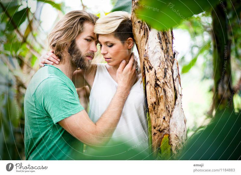 2 maskulin feminin Junge Frau Jugendliche Junger Mann Paar Erwachsene Mensch 18-30 Jahre Zusammensein schön natürlich grün Intimität Liebe Farbfoto
