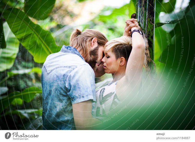green maskulin feminin Junge Frau Jugendliche Junger Mann Paar 2 Mensch 18-30 Jahre Erwachsene Zusammensein schön natürlich grün Intimität Küssen Farbfoto