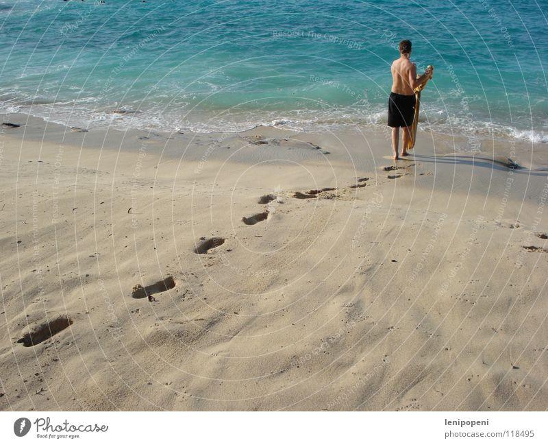 Meer zurückgeben Schwimmen & Baden Ferien & Urlaub & Reisen Strand Wellen Mann Erwachsene Sand Wasser Badehose Fußspur gehen nass Bewegung Tourismus Handtuch