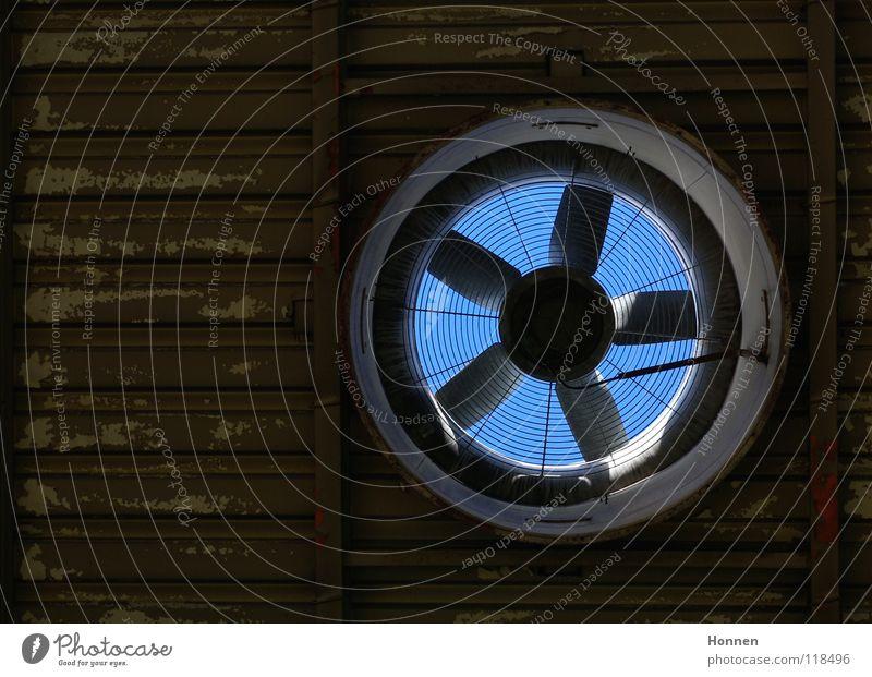 Durchblick Ventilator Lüftung Dach Wellblech abblättern Belüftung braun Fabrik Industrie Loch Himmel Farbe blau Innenläufer Axiallüfter Lagerhalle