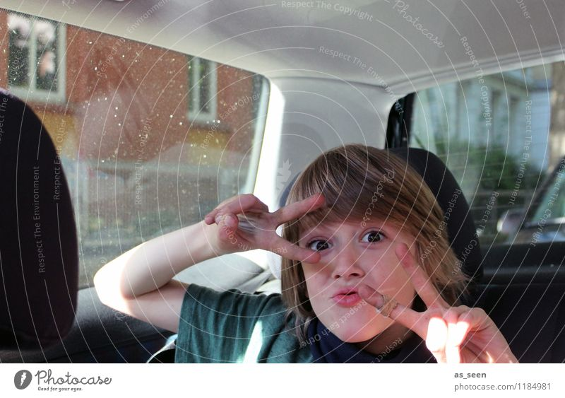 Im Auto Mensch Kind Freude Gesicht Auge Junge PKW Verkehr Kindheit authentisch Fröhlichkeit Beginn Kreativität Lebensfreude Finger Sicherheit
