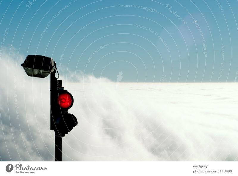 Wolkenstop stoppen Ampel rot Flugzeug Verkehr Halt Brandung Watte fließen bezaubernd Naturphänomene Horizont Gegenlicht Lichtfleck Außenaufnahme azurblau Himmel