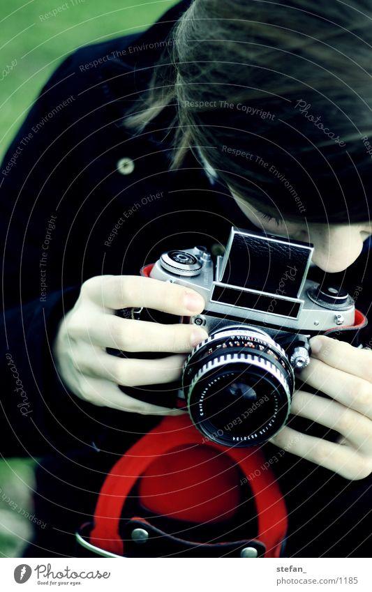 EXA Kontrast Fotografie Frau analog rot grün rote Hülle Exa analogue