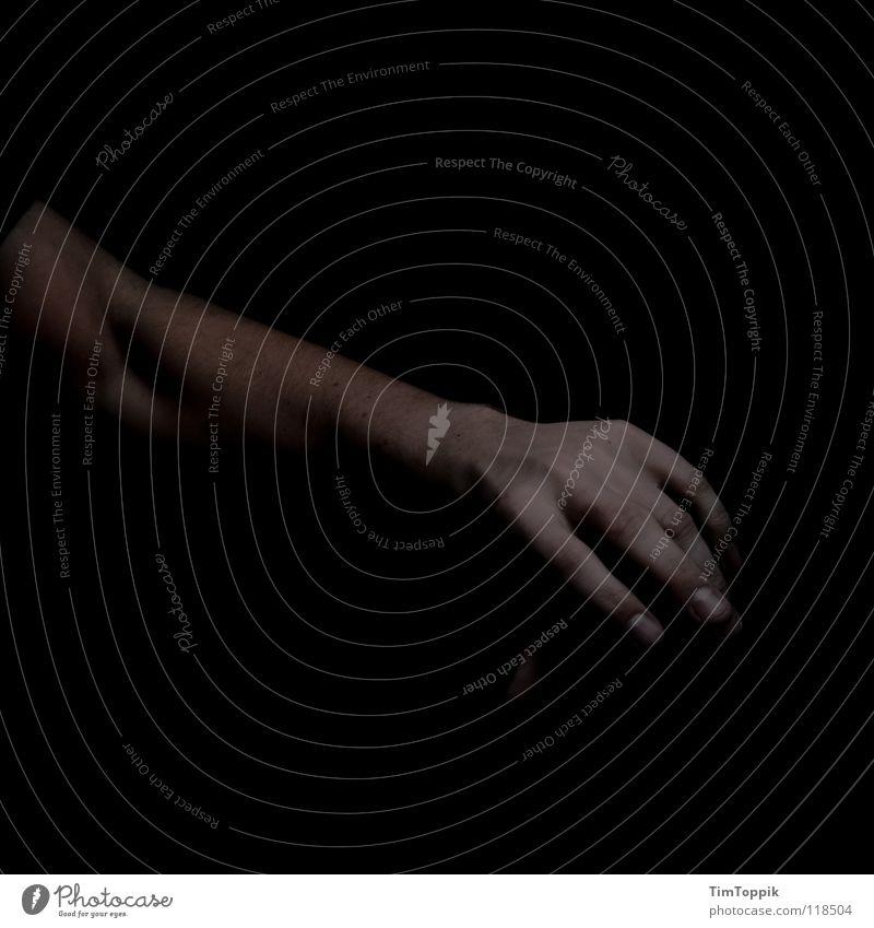 Arm solo Mann Hand schwarz dunkel Angst Arme Finger Vergänglichkeit geheimnisvoll mystisch zeigen Muskulatur dramatisch Panik Wegweiser Daumen