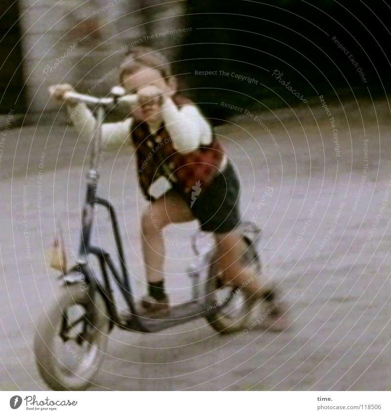 Ein gutes Gehör kompensiert manche Sehstörung Mensch Kind Sommer Wege & Pfade Junge Spielen Verkehr Geschwindigkeit Lebensfreude fahren Leidenschaft Jacke Mut Begeisterung Willensstärke Kies