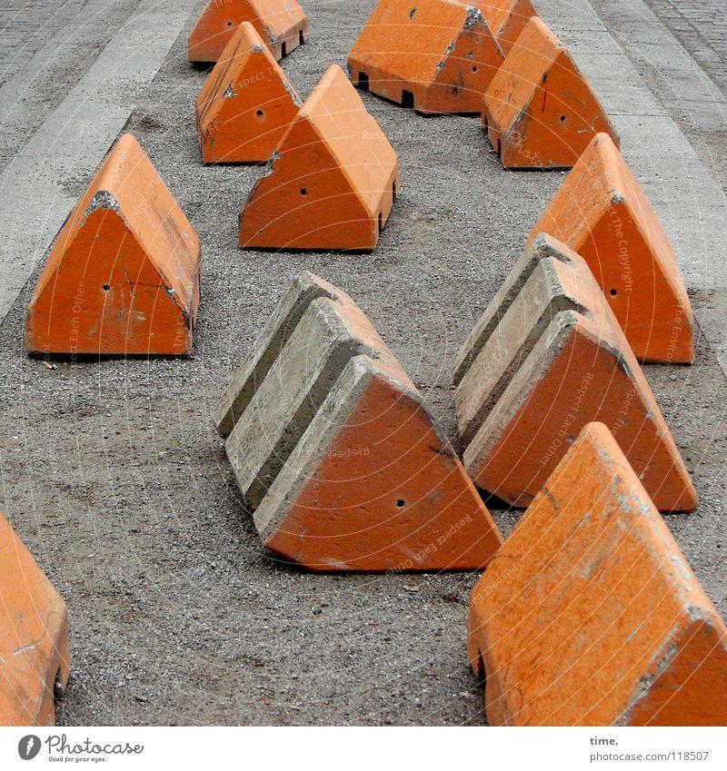 Reihenhaussiedlung (organic style) Baustelle Sand Platz Verkehr Verkehrswege Straße Poller Beton Kommunizieren grau orange Risiko Schutz Dienstleistungsgewerbe