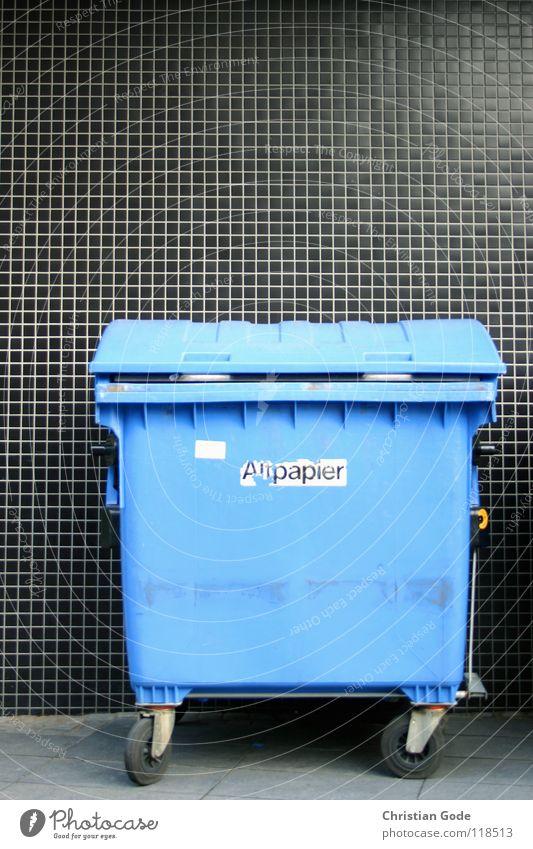 Altpapier vor Karo Müllbehälter Karton Papier Fass wegwerfen Sammlung Müllabfuhr schwarz Bürgersteig Klappe Hinterhof Dinge Verkehrswege PPK blau Rolle Straße
