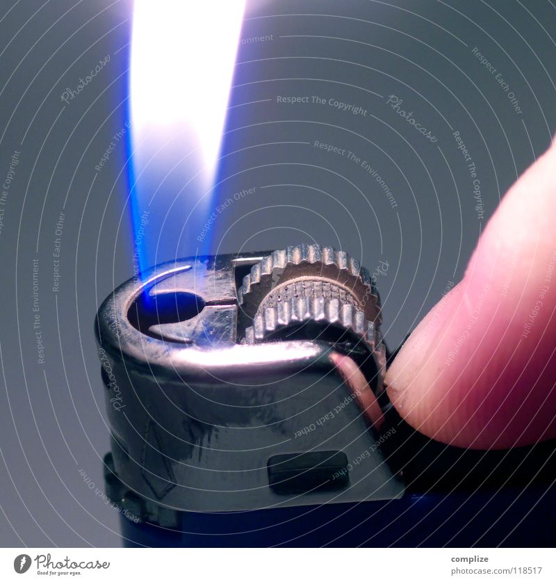 hast ne Kippe? Feuerzeug Brand Licht Hand Daumen Bar Gastronomie Glut Physik glühen Club Rauch raucherbereich hast du feuer Flamme light feuer und flamme