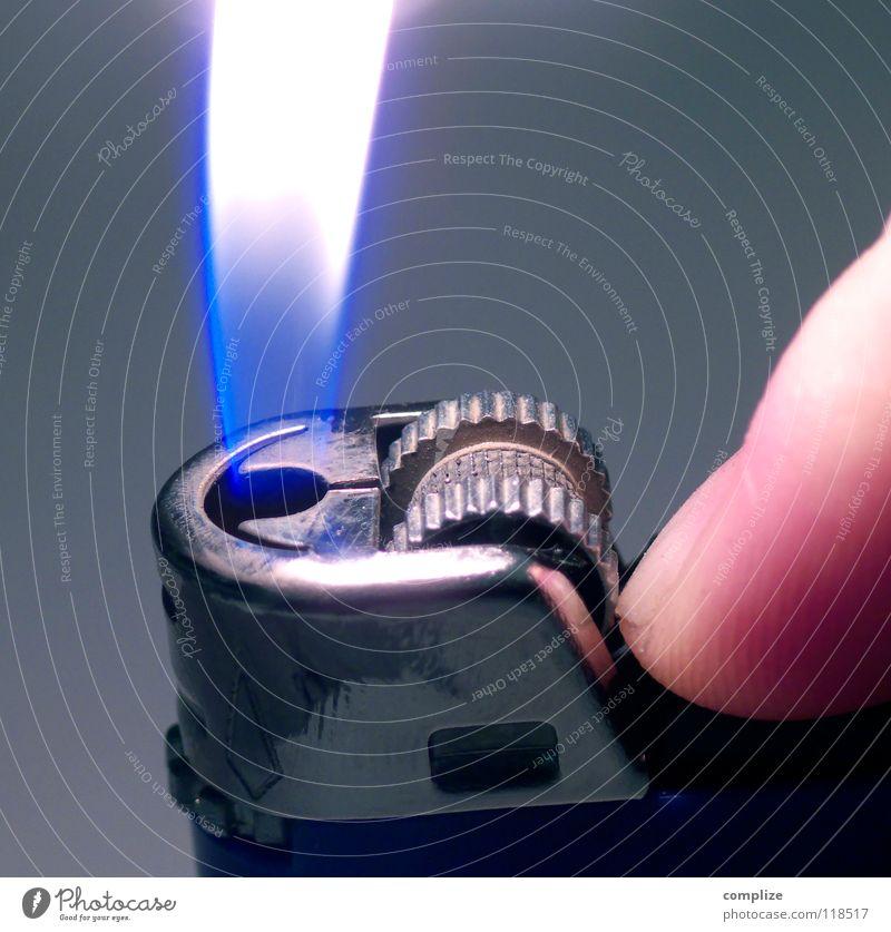 hast ne Kippe? Hand Wärme Brand Physik Bar Gastronomie Rauch Club Flamme Daumen glühen Glut Feuerzeug Kneipe