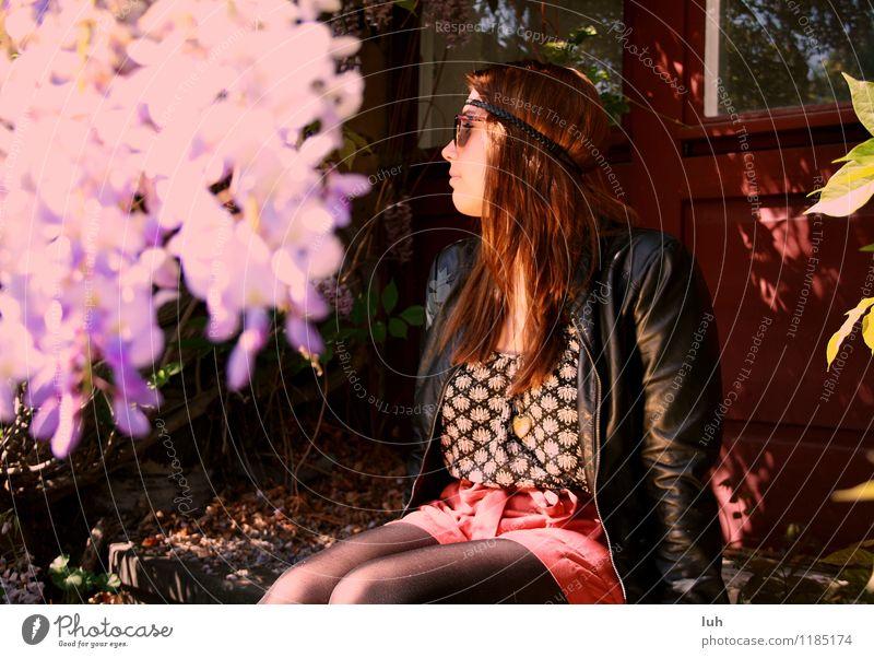 Hallo Frühling Junge Frau Jugendliche 1 Mensch 18-30 Jahre Erwachsene Hippie Tür Leder Haarband violett rot Natur Blumen Flieder Farbfoto Wegsehen